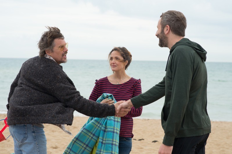 Ethan Hawke, Rose Byrne e Chris O'Dowd in Juliet, Naked: nessuno dei tre è Juliet. Né Naked.