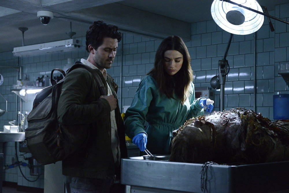 Andy Bean e Crystal Reed in Swamp Thing