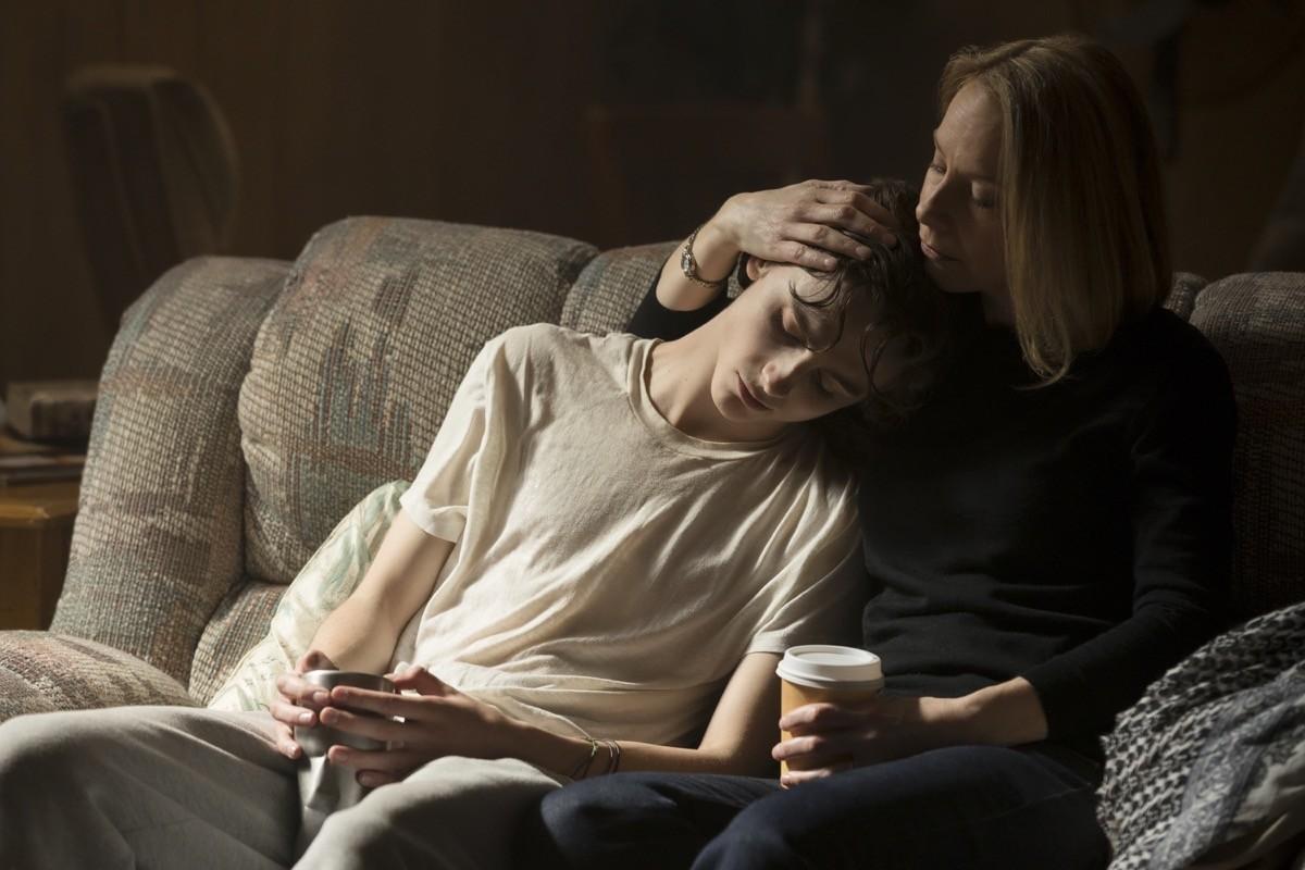 Nic Sheff (Timothée Chalamet) con sua madre Vicky (Amy Ryan)