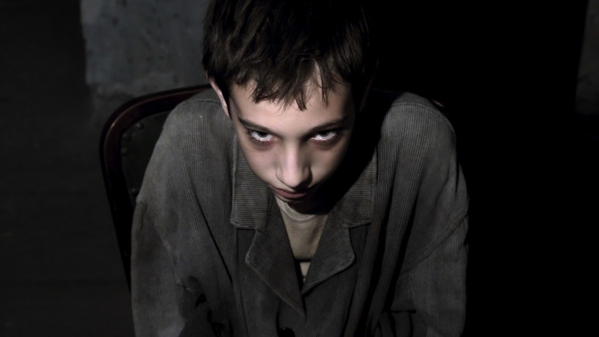 Filippo Franchini (Carlo) in un classico 'Kubrick Gaze', ne Il signor Diavolo