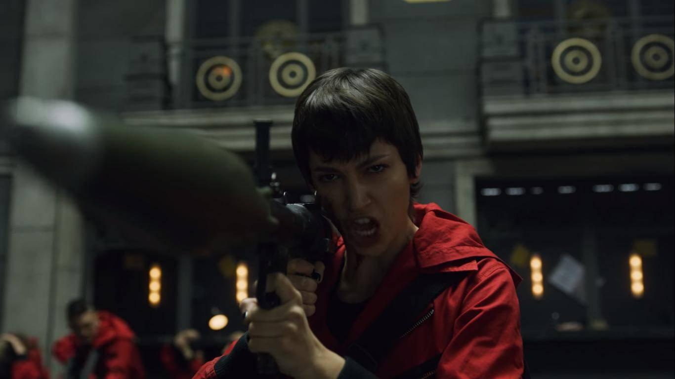 Ursula Corberó alle prese con un bazooka