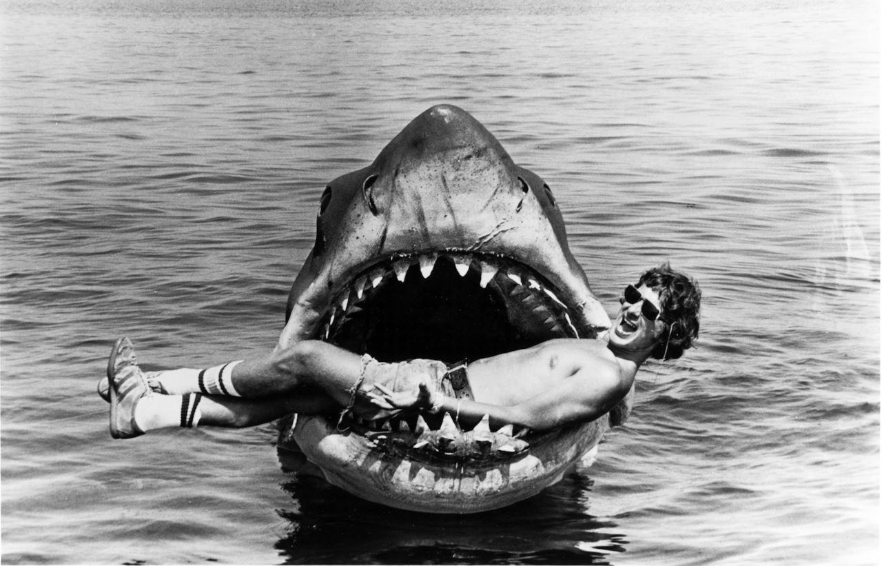 Steven Spielberg sul set de Lo Squalo (1975)