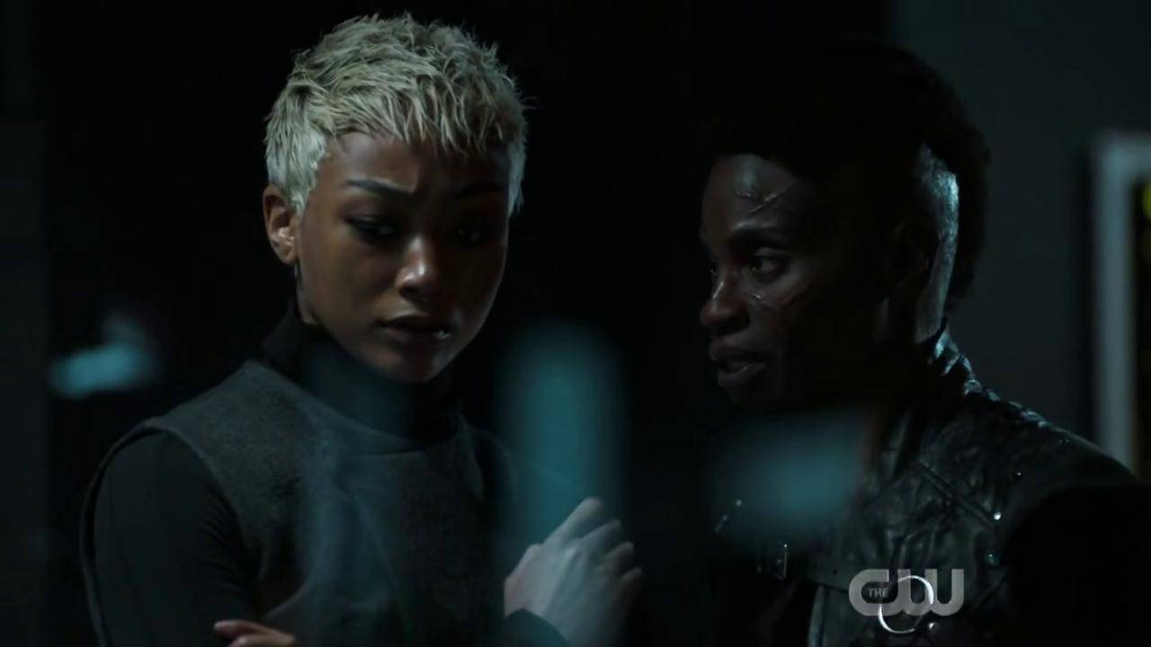 Adina Porter e Tati Gabrielle in The 100