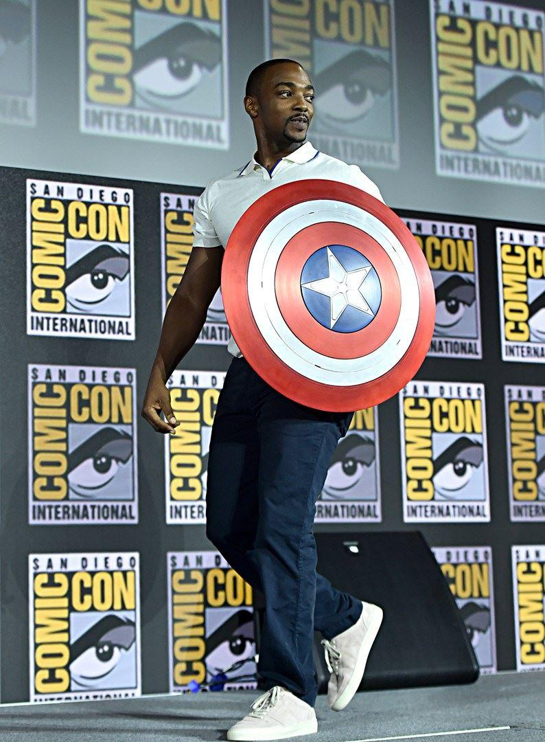 Anthony Mackie sfodera lo scudo di Captain America