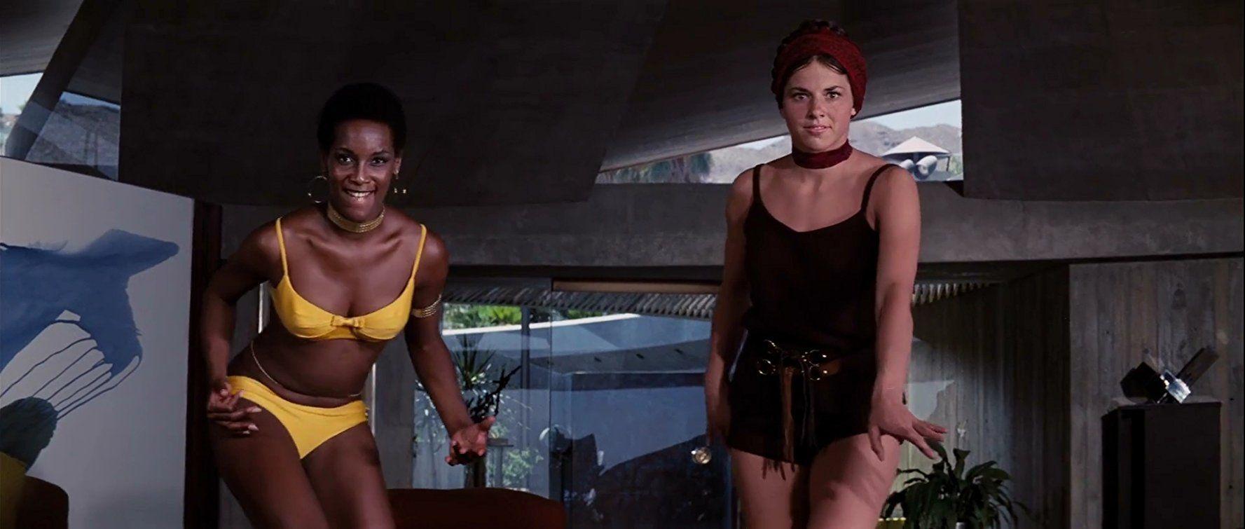 Tina Parks e Lola Larson interpretano Bambi e Tamburino in Una cascata di diamanti