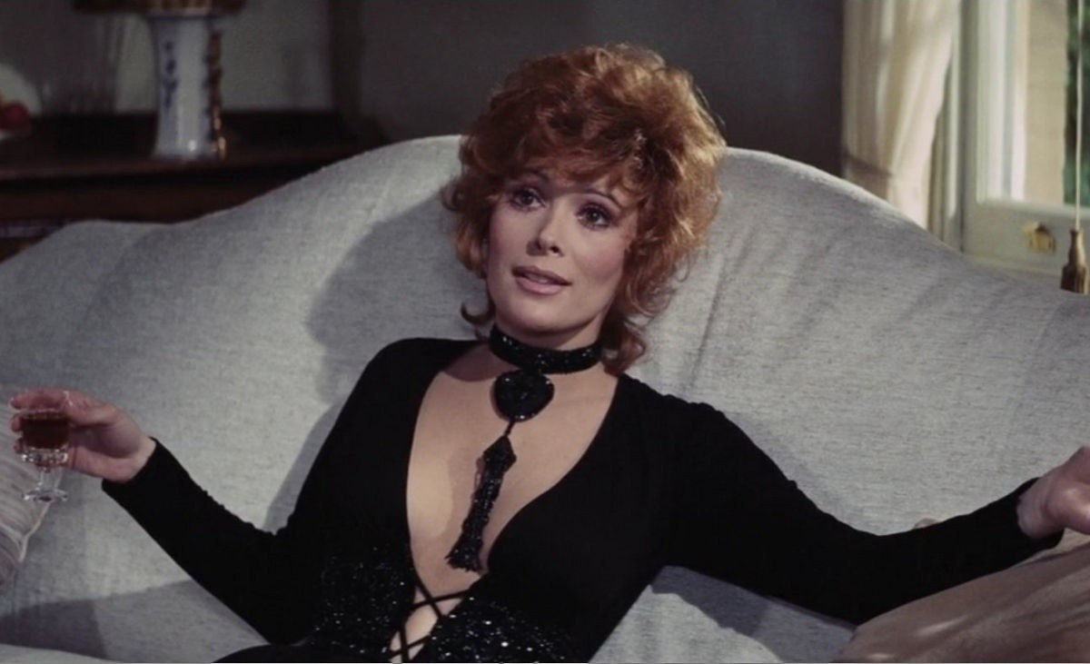 Jill St. John è Tiffany Case in Una Cascata di Diamanti