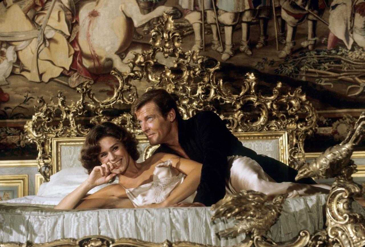 Corinne Clery e Roger Moore sul set di Moonraker