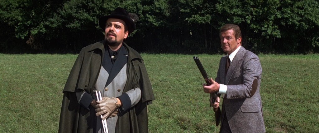 Hugo Drax (Michael Lonsdale) e James Bond (Roger Moore) intraprendono una pericolosa battuta di caccia in Moonraker