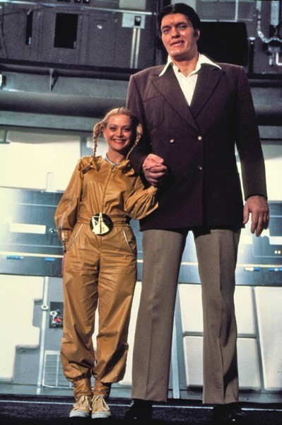 Jaws/Squalo (Richard Kiel) e Dolly (Blanche Ravalek) in Moonraker