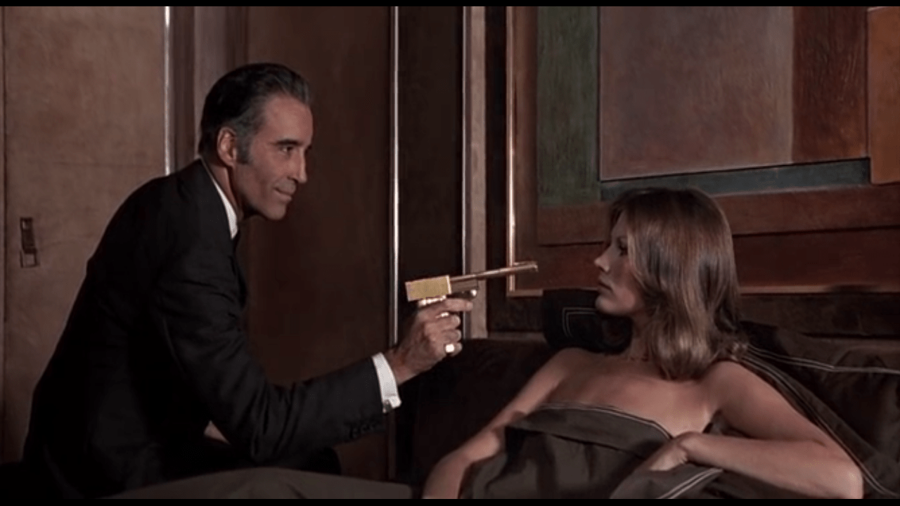 Christopher Lee e Maud Adams in The Man With the Golden Gun