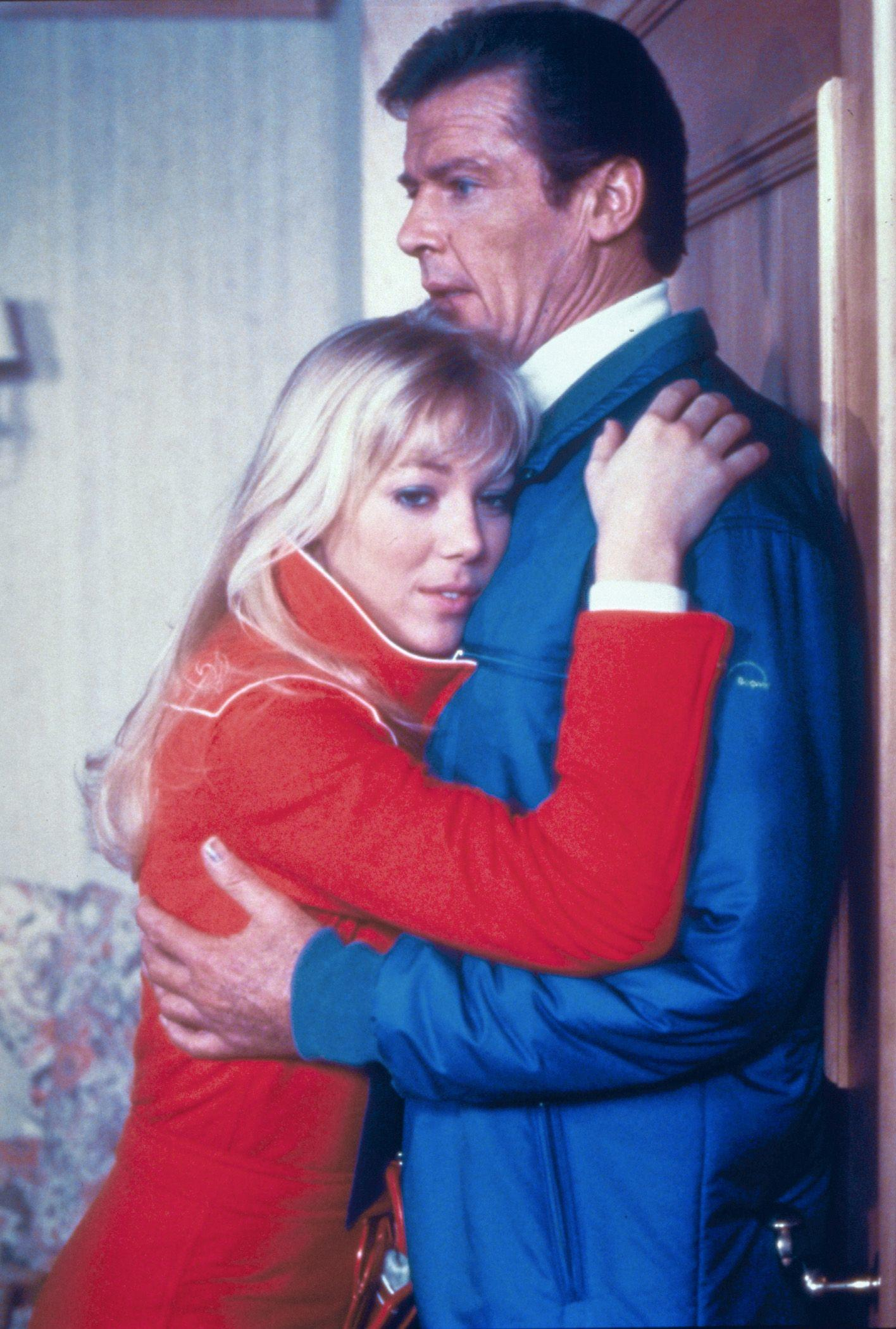 Bibi Dahl (Lynn-Holly Johnson) e James Bond (Roger Moore)