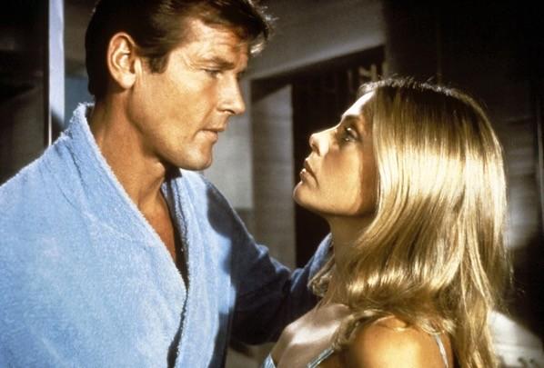 Roger Moore (James Bond) e Britt Eckland (Mary Goodnight) ne 'L'uomo dalla pistola d'oro'