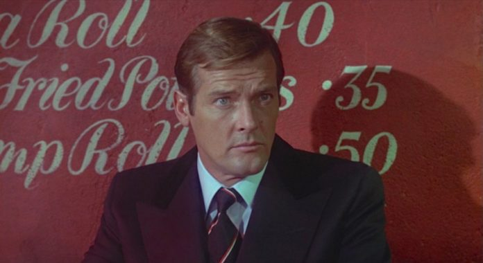 Roger Moore nel ruolo di James Bond