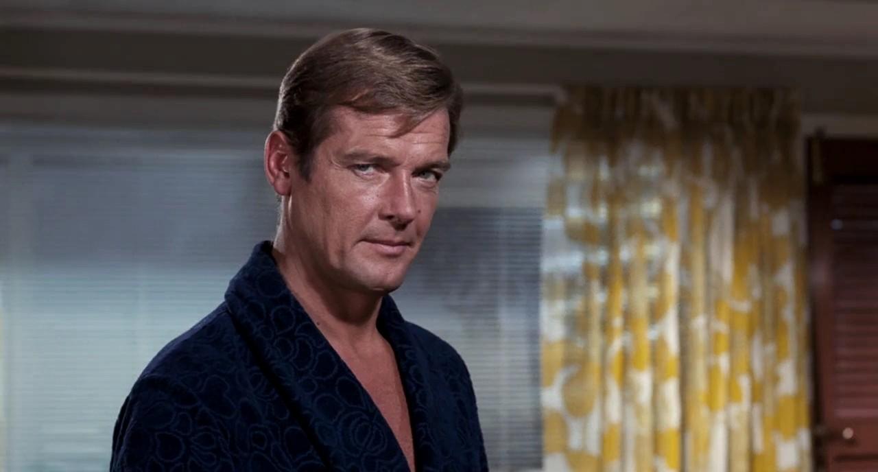 Roger moore nella vestaglia di James Bond in Vivi e lascia morire