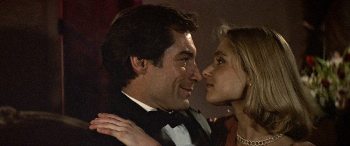 Timothy Dalton e Maryam D'Abo in The Living Daylights