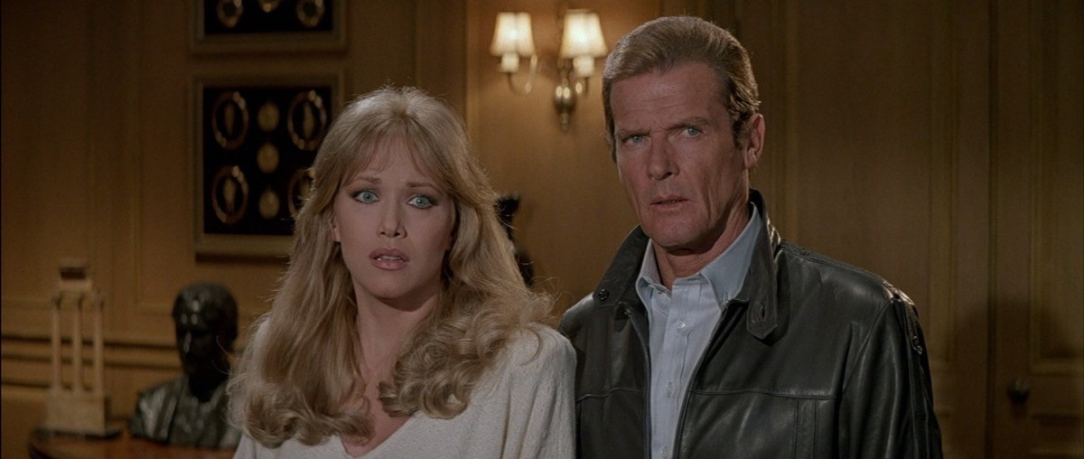 Stacy Sutton (Tanya Roberts) e James Bond (Roger Moore) in 007 - Bersaglio Mobile