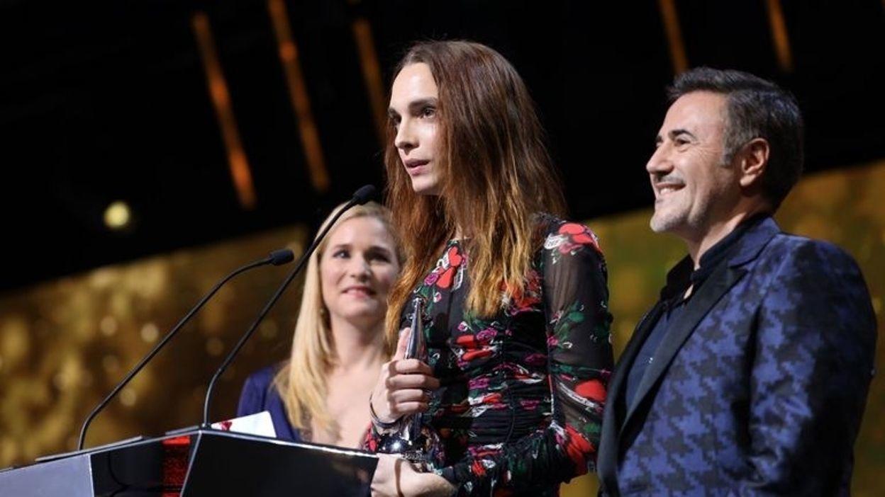 Mya Bollaers (al centro), Miglior Nuova Promessa Femminile ai Magritte du Cinéma
