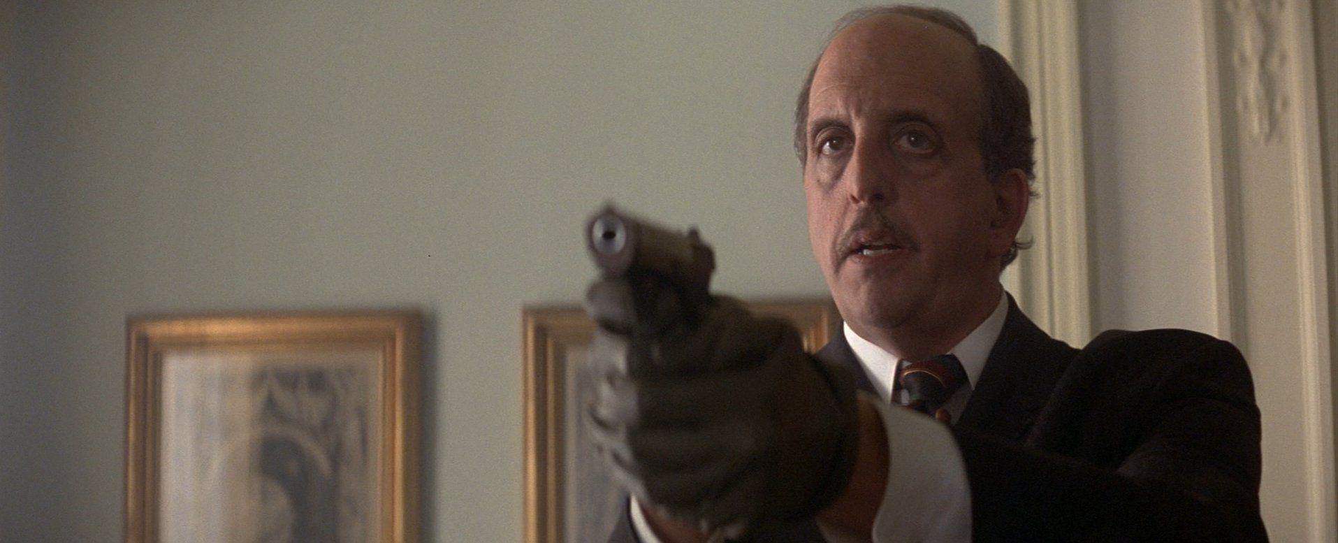 Vincent Schiavelli è il Dr. Kaufman ne Il domani non muore mai