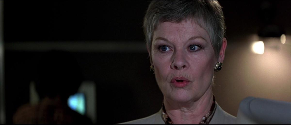 Judi Dench alla sua prima apparizione nel ruolo di M, in GoldenEye