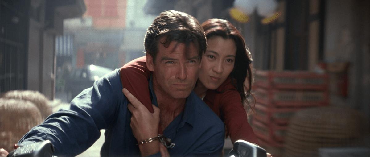 James Bond (Pierce Brosnan) e Wai Lin (Michelle Yeoh) sfrecciano per le strade di Saigon (Bangkok) ne Il domani non muore mai