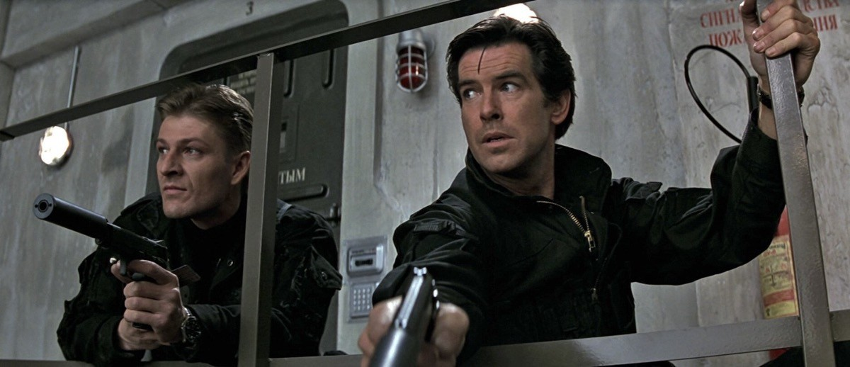 Sean Bean (Alex Trevelyan, 006) e Pierce Brosnan (James Bond, 007) nella sequenza iniziale di GoldenEye