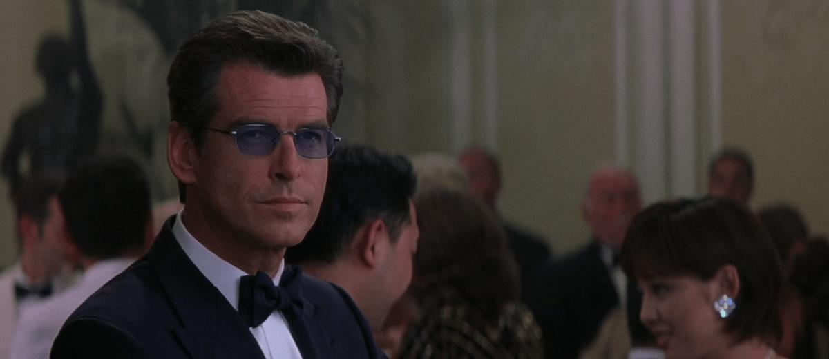James Bond (Pierce Brosnan) con i suoi occhiali speciali ne Il mondo non basta