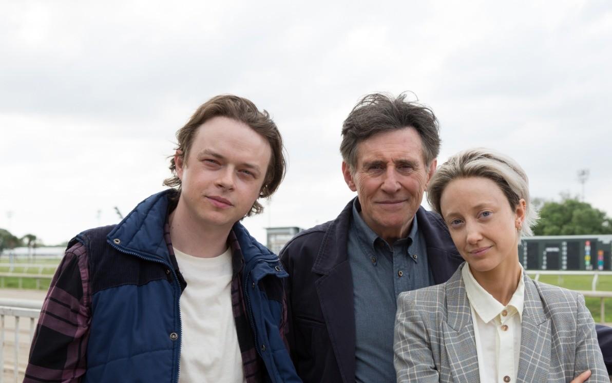 Dane DeHaan, Gabriel Byrne e Andrea Riseborough