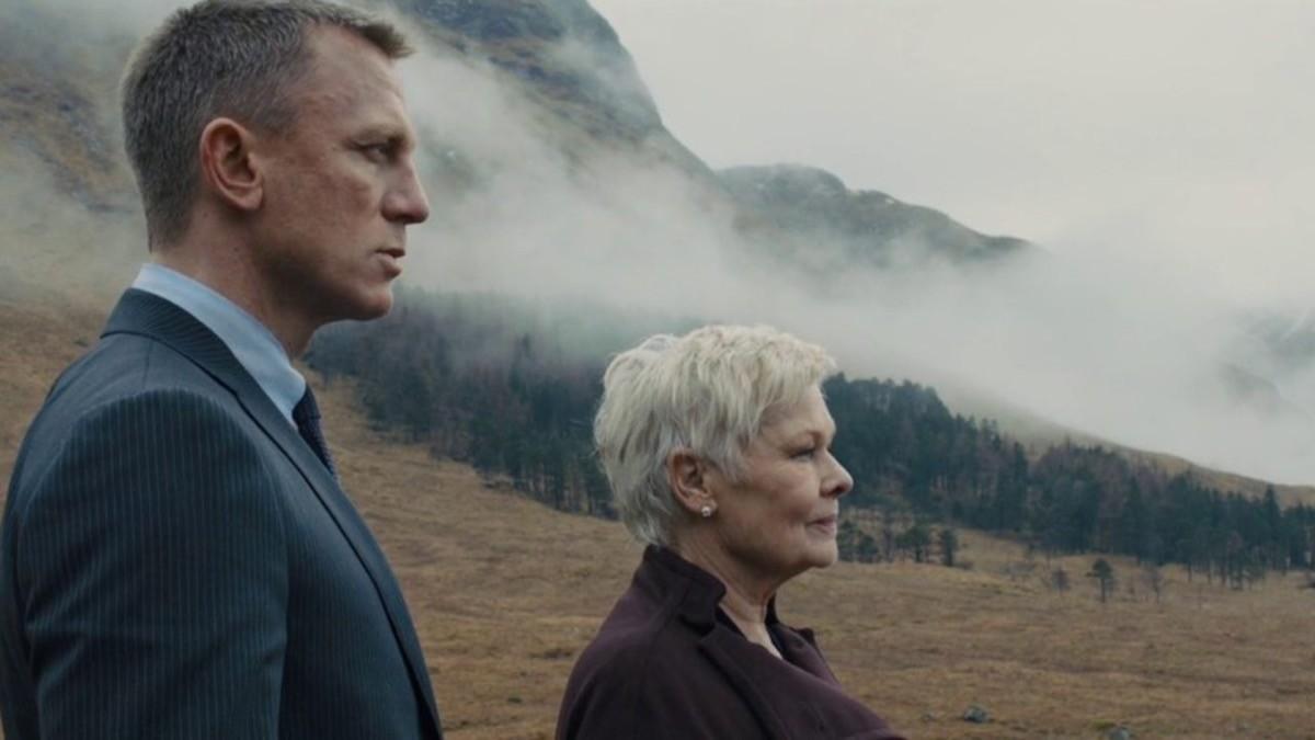James Bond (Daniel Craig) e d M (Judi Dench) in Scozia, in Skyfall