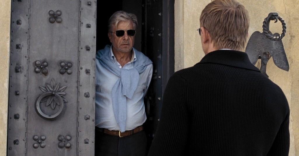 Una brutta sorpresa bussa alla porta di René Mathis (Giancarlo Giannini) in Quantum of Solace