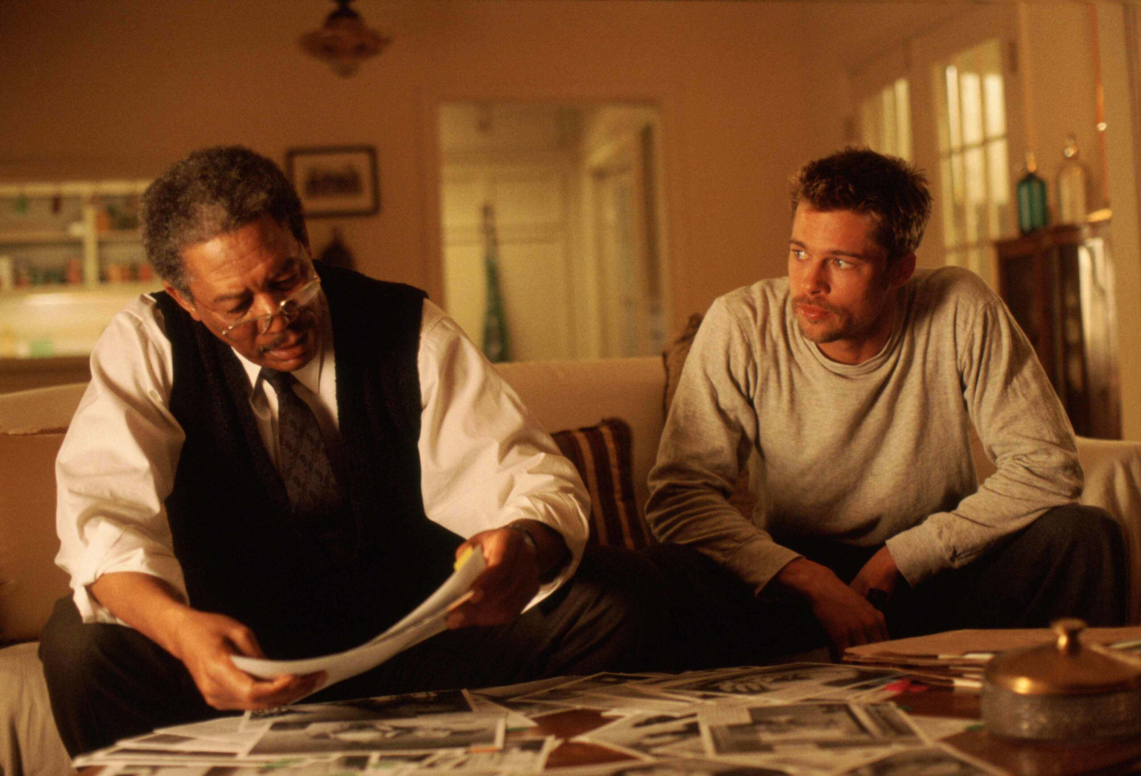 Morgan Freeman e Brad Pitt in Seven (1995)