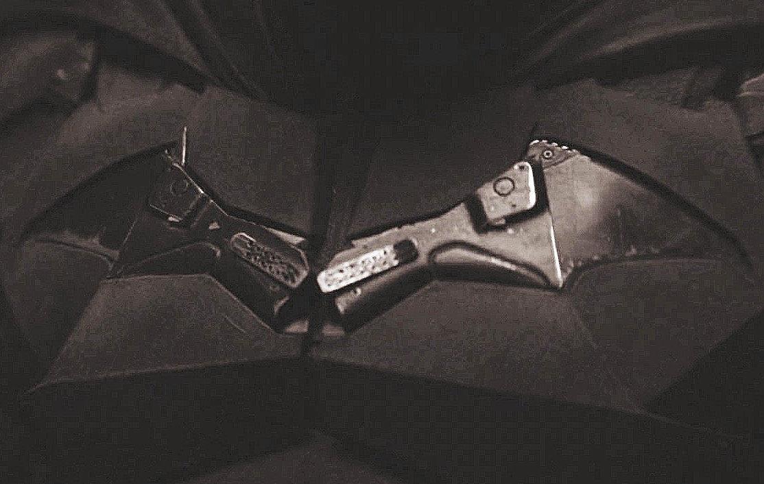 Il simbolo del pipistrello formato dalla pistola