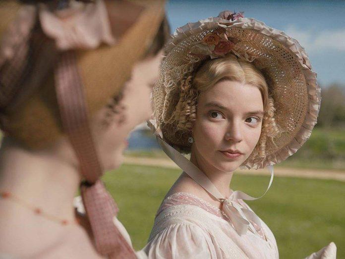 Anya Taylor-Joy e Mia Goth in una scena di Emma.