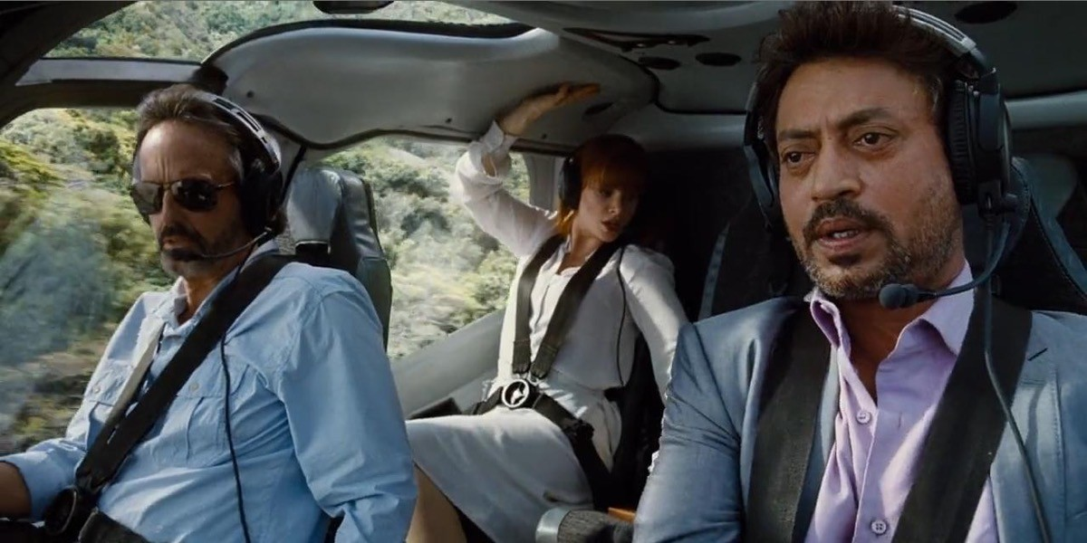 Irrfan Khan (a destra) in Jurassic World