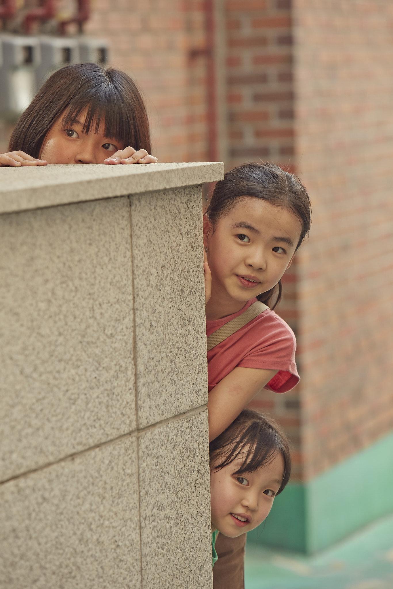Kim Na-yeon (Hana), Kim Si-ah (Yoo-mi) e Joo Ye-rim (Yoo-jin)