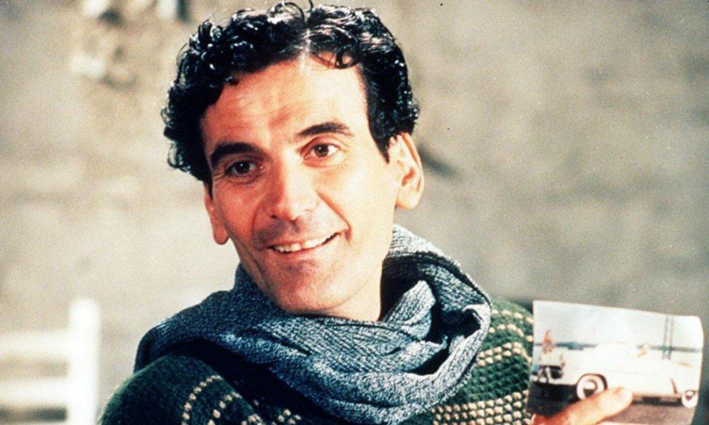 Massimo Troisi in una scena de Il postino