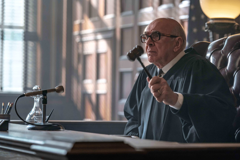 Frank Langella da Oscar nelle vesti del Giudice Julius Hoffman