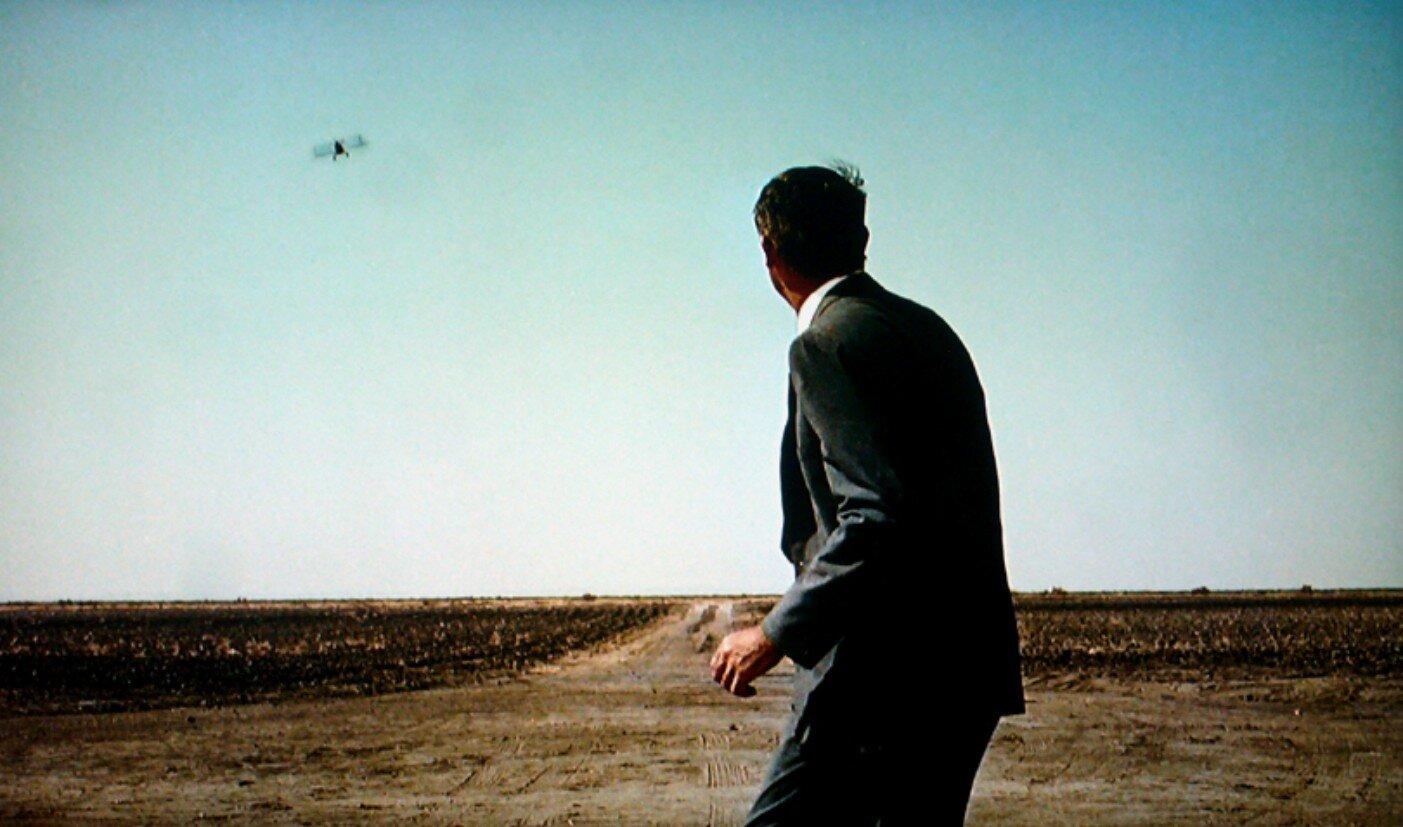 Cary Grant nella celebre scena dell'inseguimento aereo