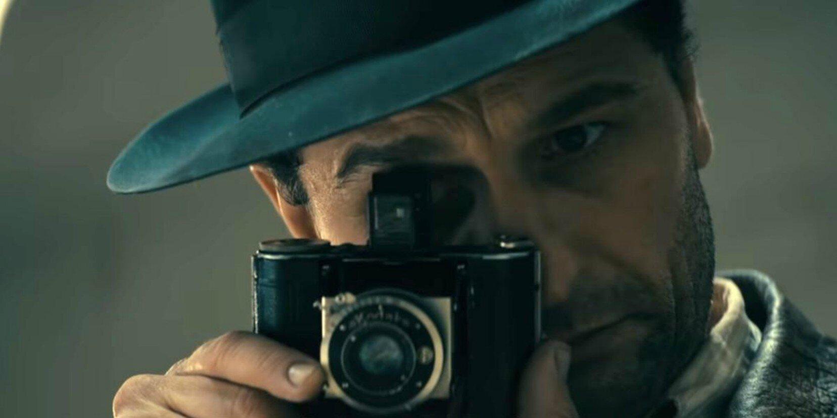 Matthew Rhys in una scena di Perry Mason