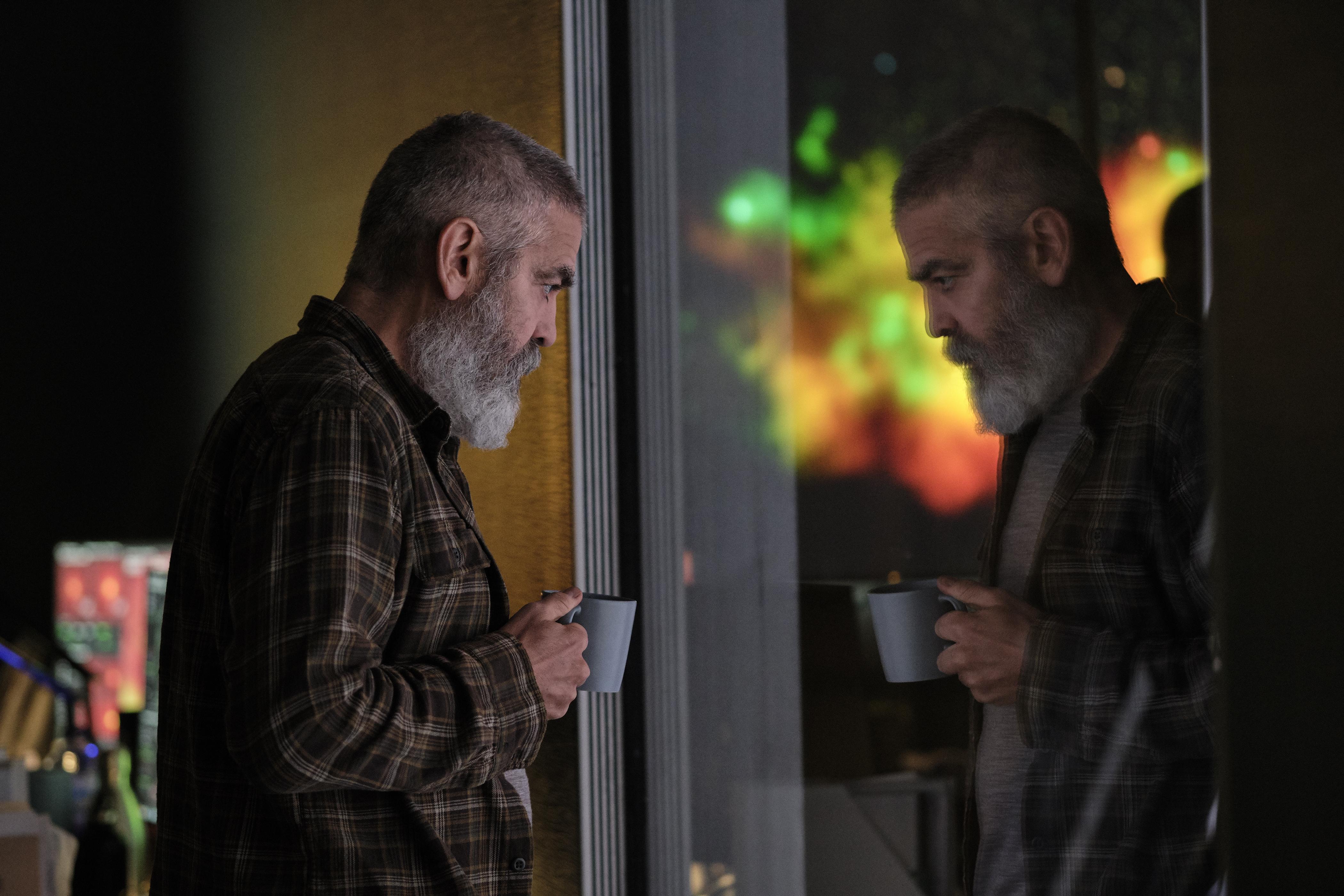 George Clooney, nel ruolo di Augustine, interpreta e dirige The Midnight Sky. Cr. Philippe Antonello/NETFLIX ©2020