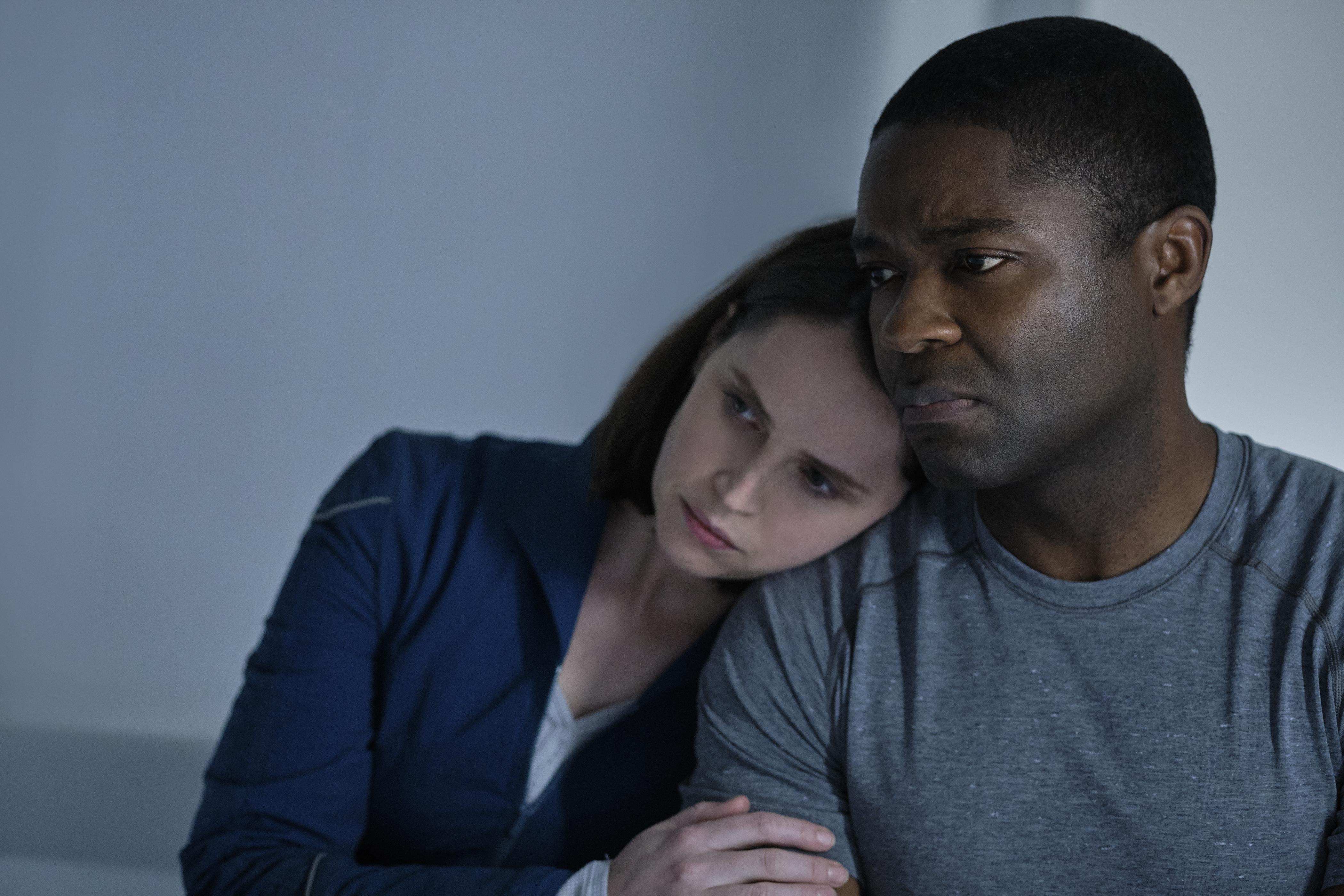 Felicity Jones (Sully) e David Oyelowo (Adewole). Cr. Philippe Antonello/NETFLIX ©2020