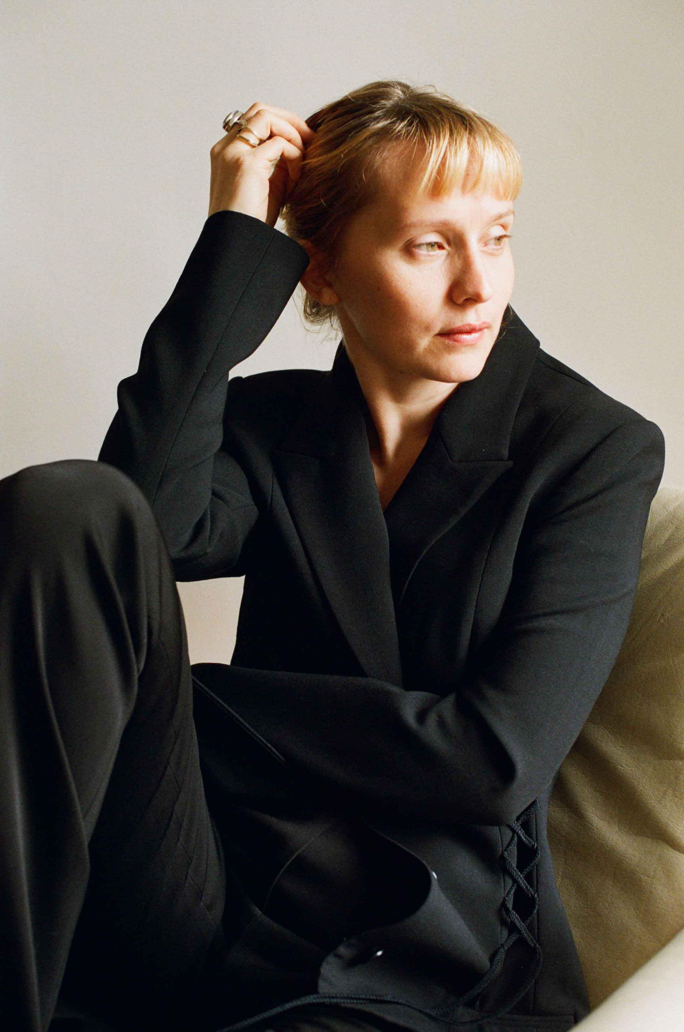 La regista Mona Fastvold