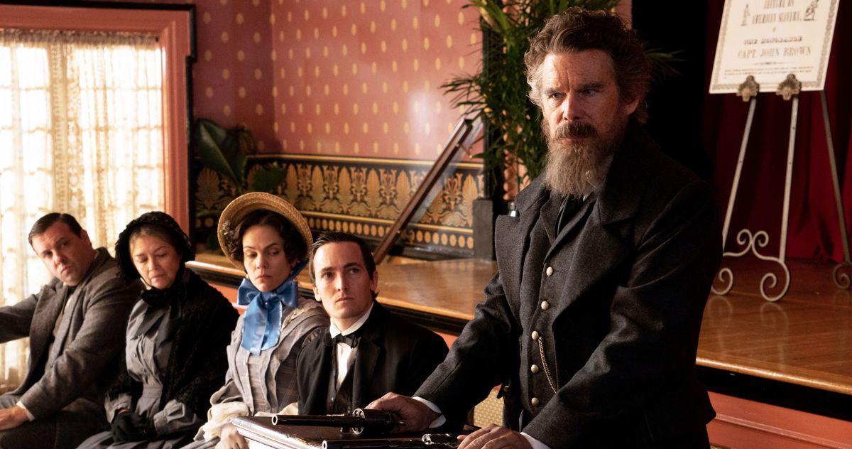 Ethan Hawke in una scena della miniserie