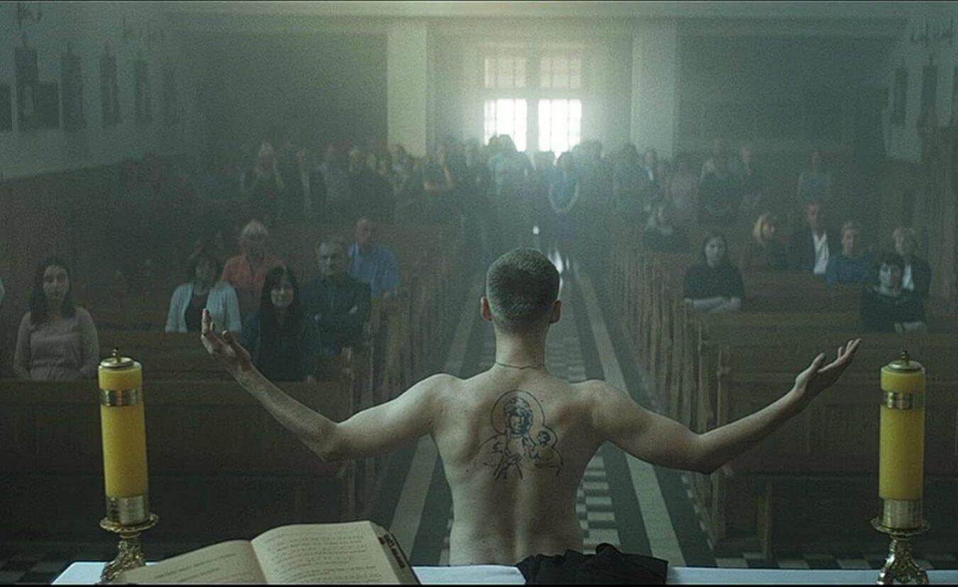 Bartosz Bielenia in una scena de Corpus Christi