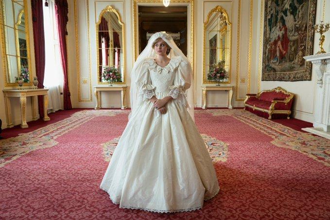 Emma Corrin è la Principessa Diana in abito da sposa