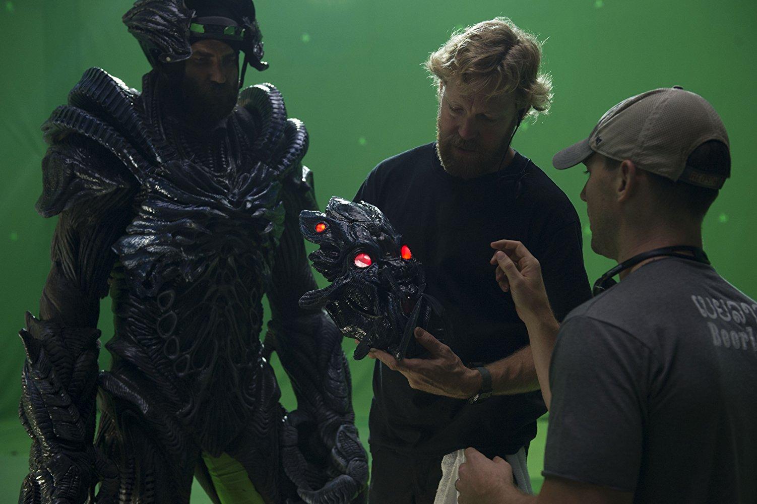 Il regista Liam O'Donnell sul set di Beyond Skyline