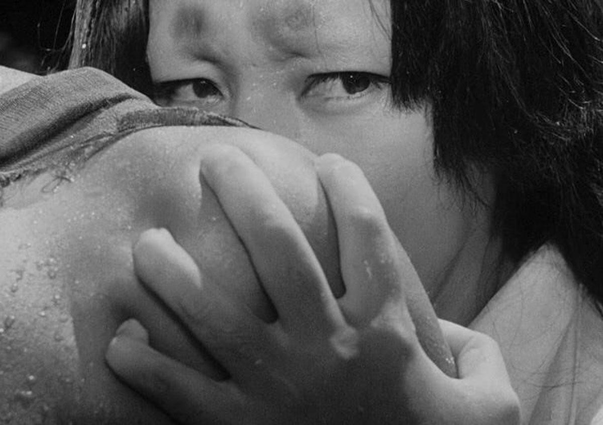 Machiko Kyō (la moglie) in una scena del film