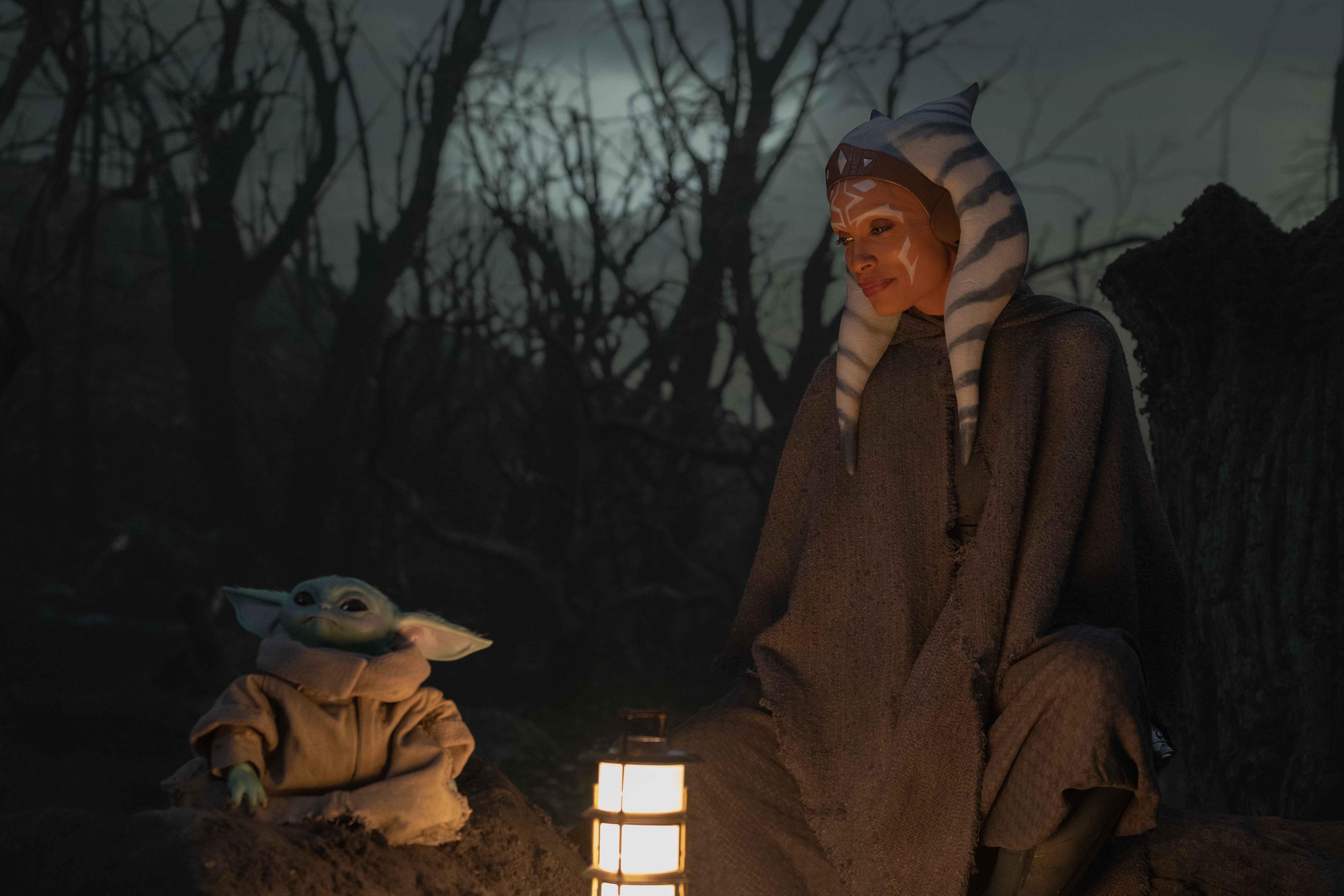 Il Bambino e Ahsoka Tano interpretata da Rosario Dawson