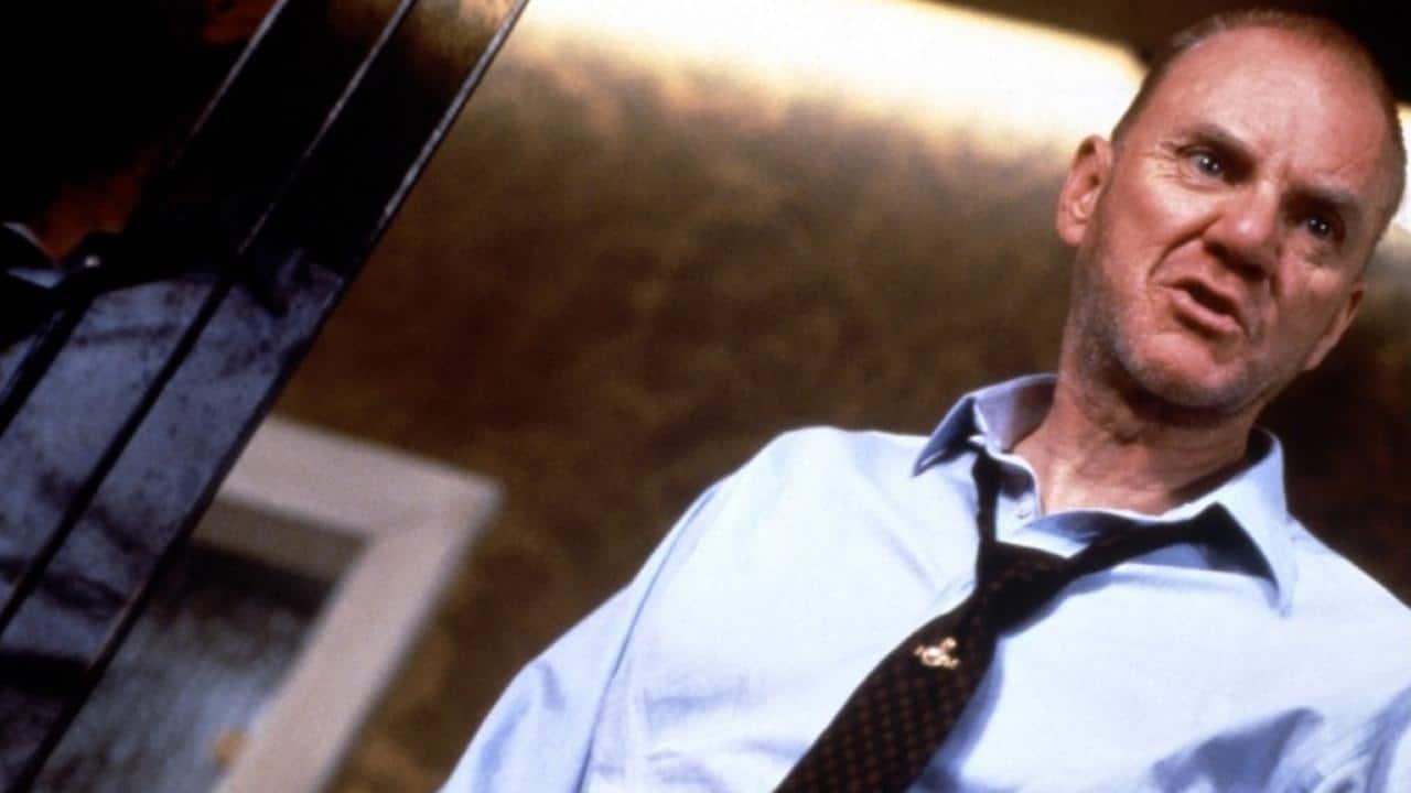 Malcolm McDowell in una scena di Gangster n° 1