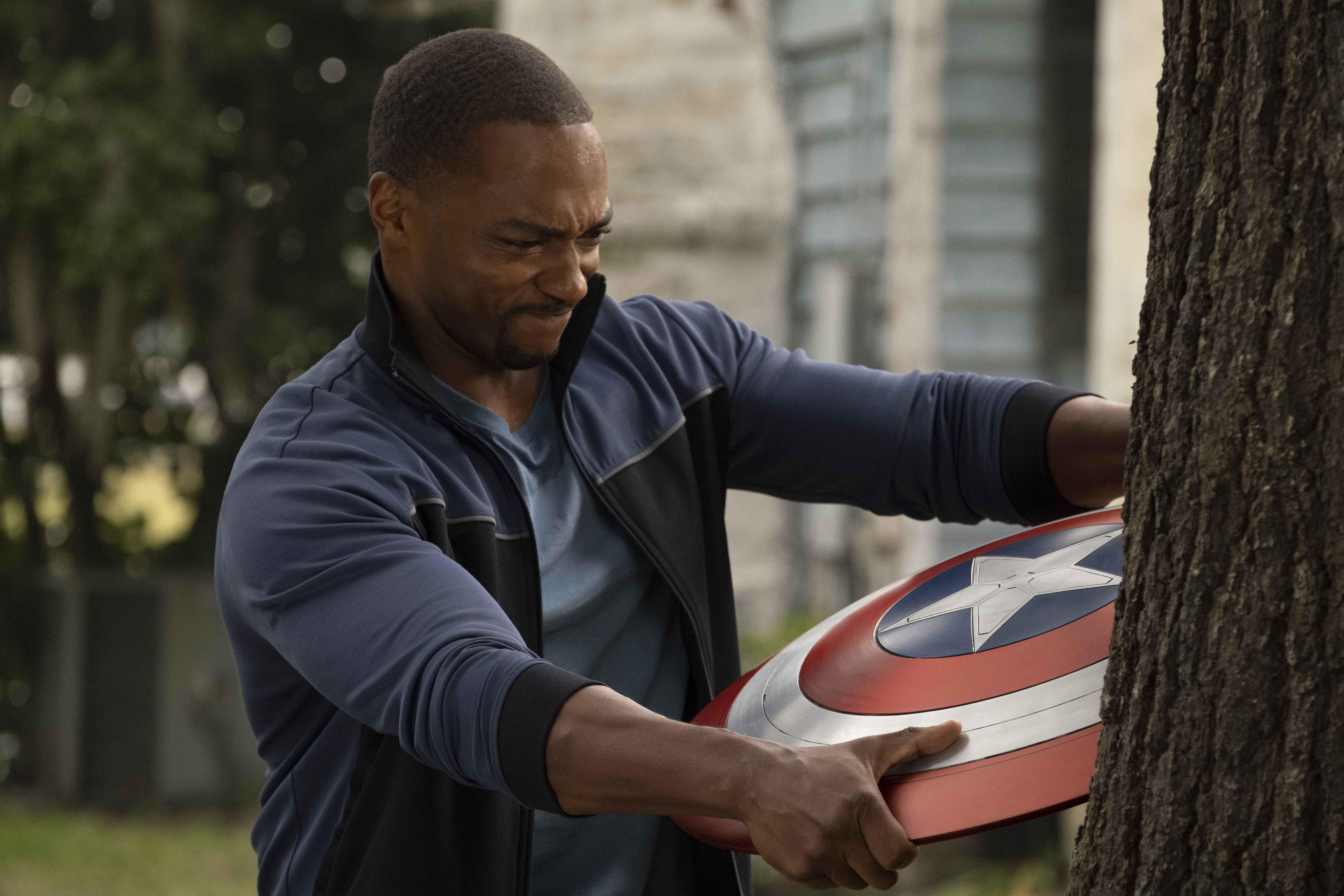 Anthony Mackie e lo scudo di Captain America