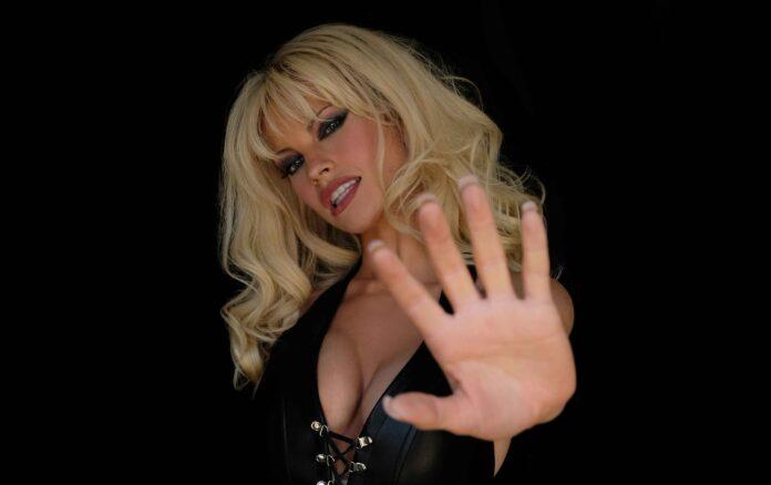 Pam & Tommy: Lily James foto Pamela Anderson
